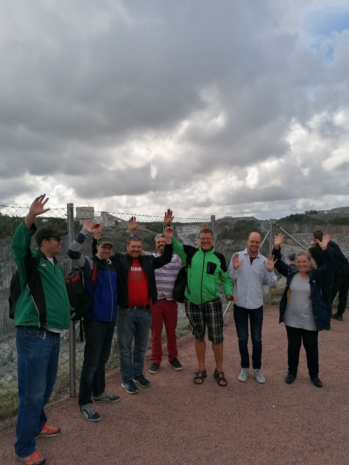 Gruppbild på Steg för Stegs grupp i Pargas och Me Itse från Åbo som står vid gruvan i Pargas.