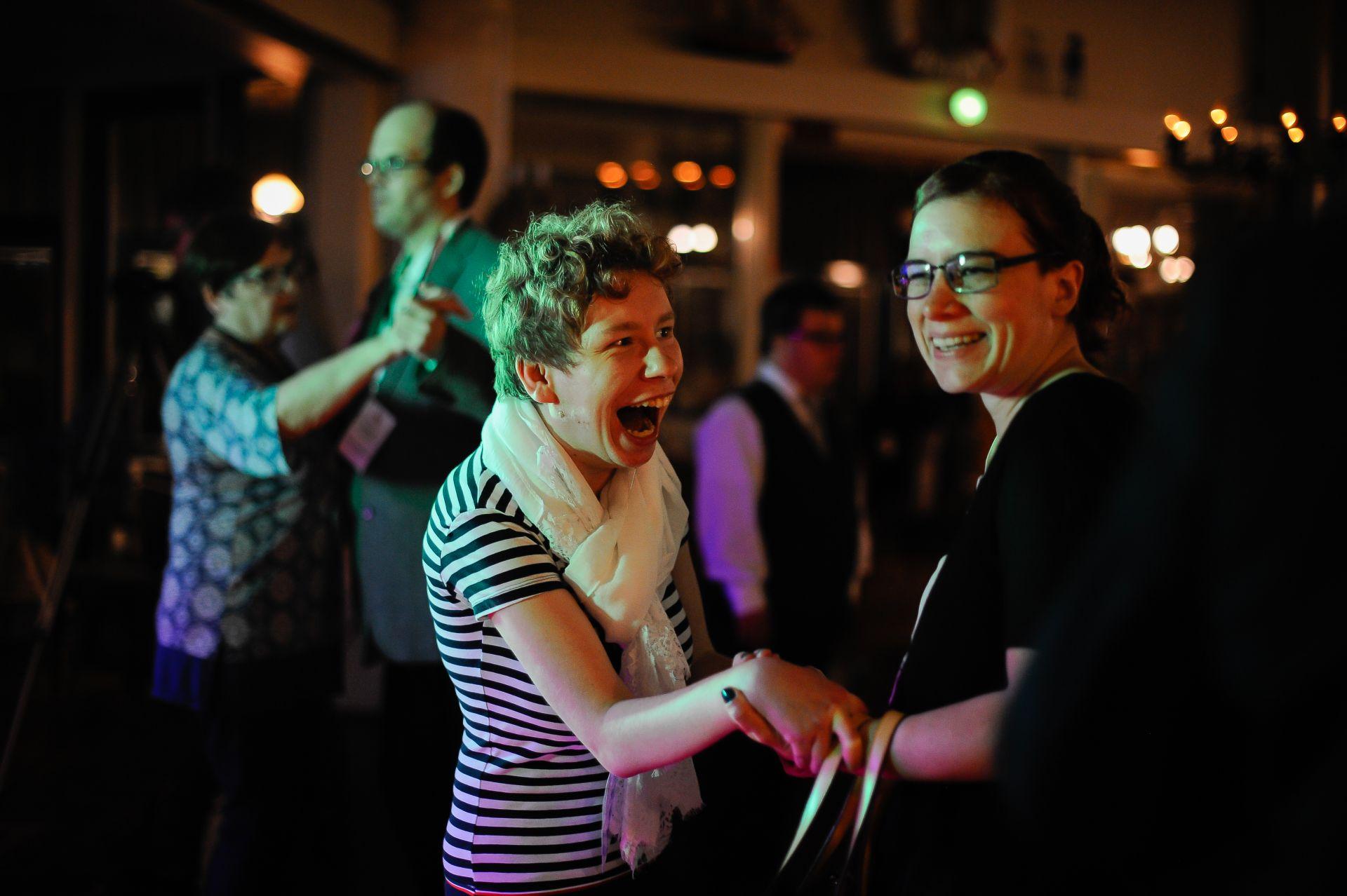 Två glada personer dansar.