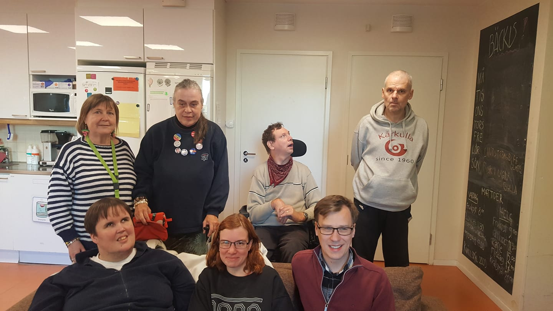 En gruppbild med boendeutvärderare, brukare och Steg för Stegs personal på ett boende i Åbo.